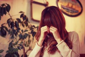 女性 涙 悲しみ