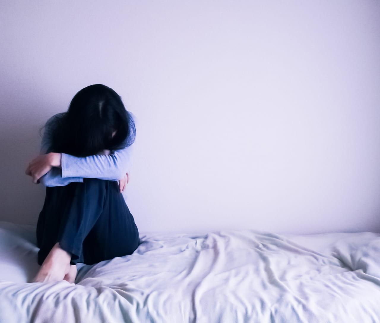 泣く 落ち込む 女性