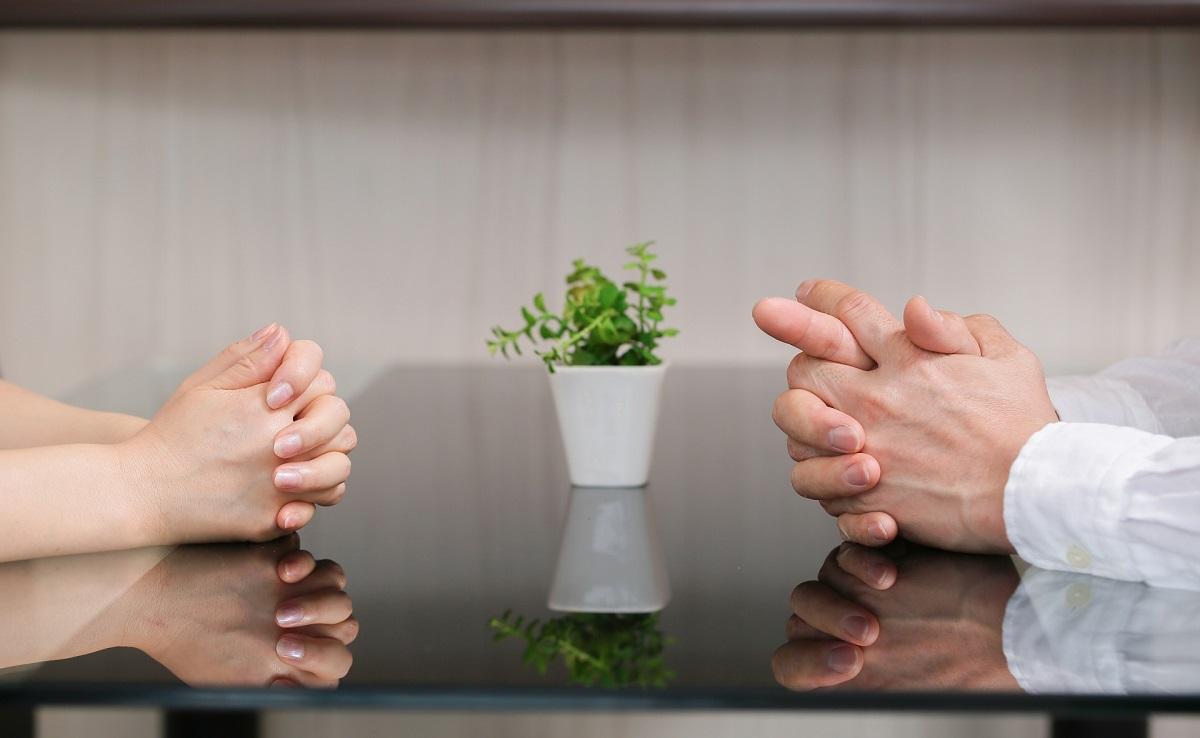 男女 夫婦 話し合い 向き合う