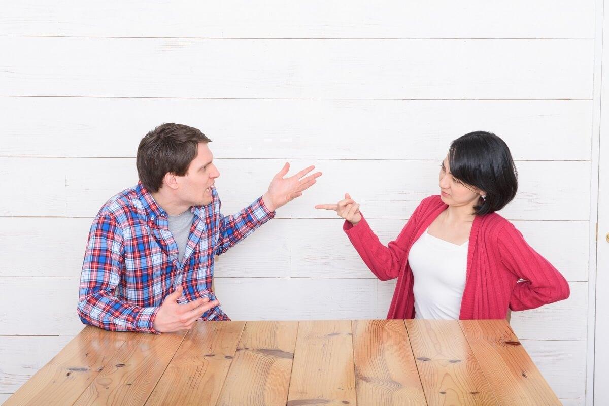 話し合いながら口喧嘩をする男女カップル