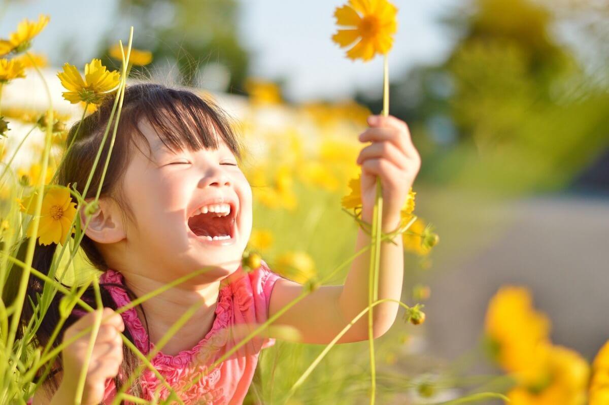 子供 笑顔 花