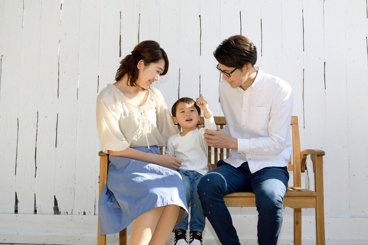 ベンチに座っている家族