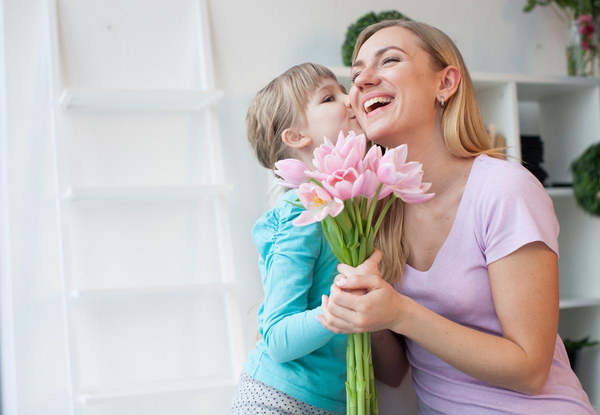 花束を持っている親子