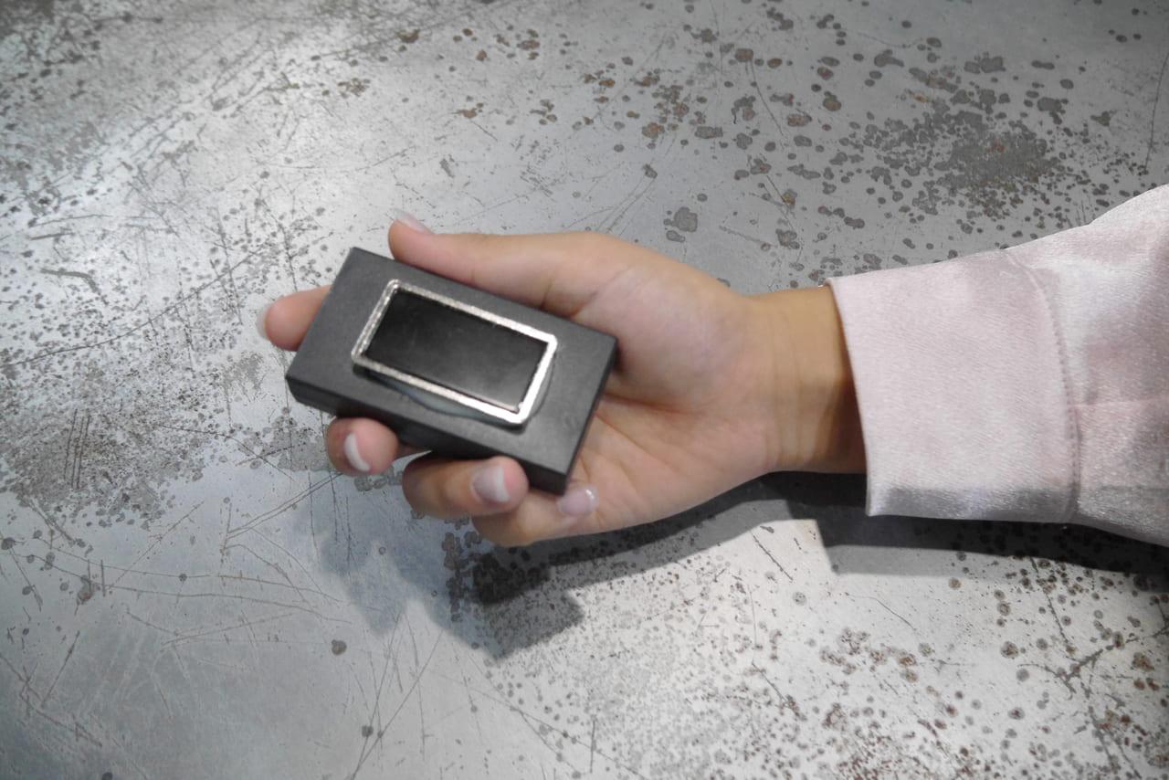 磁石がついていて車に設置できるGPS